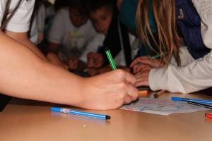 Kinder unterschreiben Zukunftsvertrag